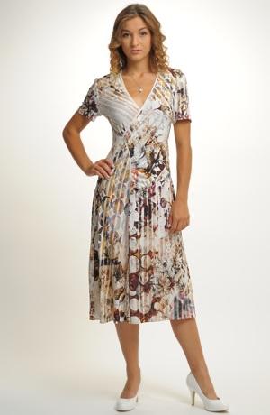 Společenské šaty vhodné na svatbu z elastického materiálu