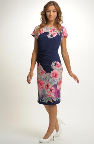 Lehké letní společenské šaty s módním potiskem do bordury