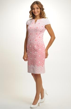 Koktejlové pastelové šaty s puntíkem