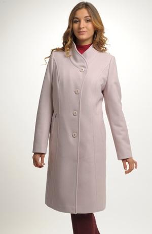 Elegantní dámský zimní kabát pod kolena