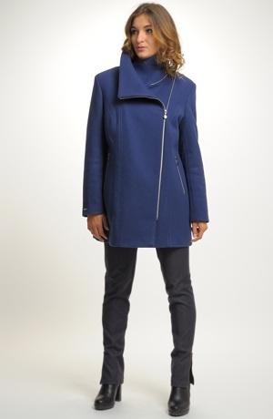 Elegantní dámské paleto na zip je vyrobeno z lehkého flauše.