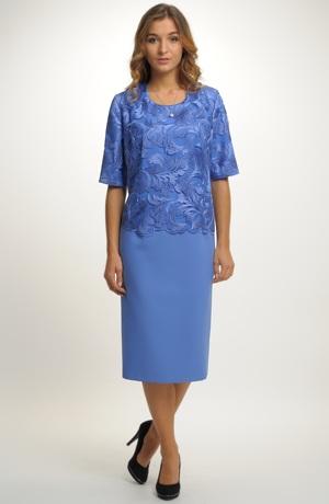 Dámské elegantní šaty pokryté luxusní vyšívanou krajkou