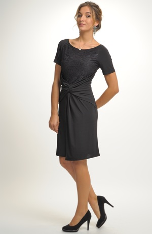 Černé šaty s krajkovým živůtkem a řasením na sukní