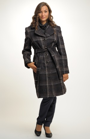 Módní károvaný kabát s kožešinovým límcem.
