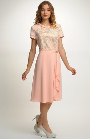 Společenské šaty s řasením na zavinovací sukni