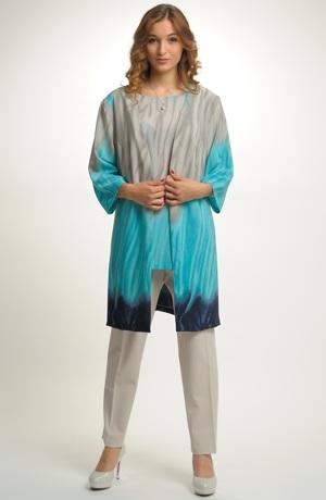 Nadčasový outfit tvoří kombinace topu a kabátku