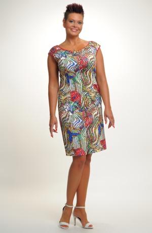Letní šaty v délce nad kolena s barevným potiskem