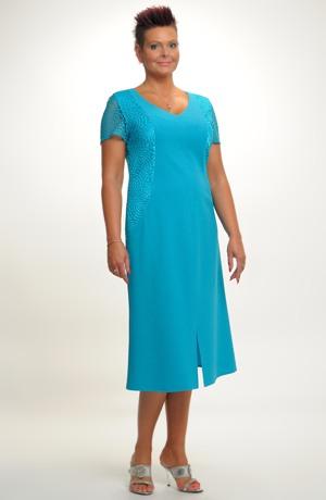 Pouzdrové šaty s děleným sedlem zdobené siťovou krajkou