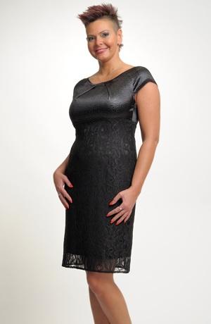 Pouzdrové šaty z černé krajky s černým sedlem