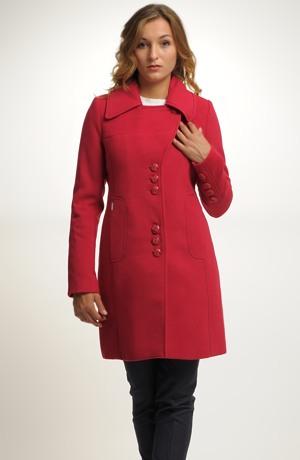 Mladistvý červený červený kabát