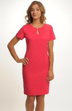 Červené společenské šaty s plastickým vzorem