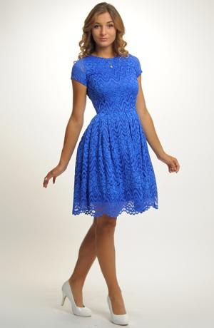 Dívčí šaty vhodné na svatbu i na taneční kurzy pro středoškoláky.