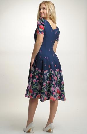 Společenské šifónové šaty pro plnoštíhlé postavy