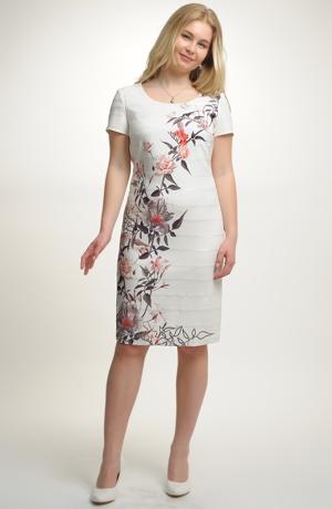 Koktejlové šaty v kombinaci plastických pruhů a květovaného tisku.