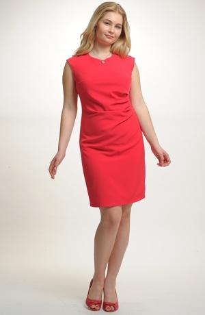 Červené elegantní dámské koktejlové šaty z elastické tkaniny