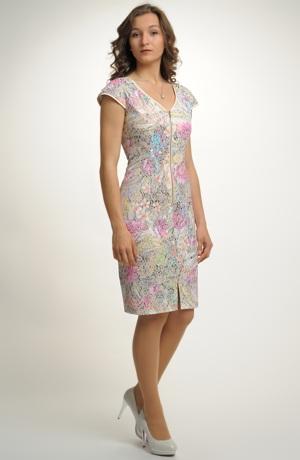 Mladistvé šaty se vzorem v pastelových odstínech
