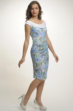 Krátké společenské šaty zdobené krajkou
