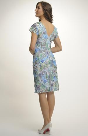 Pouzdrové šaty zdobené krajkou s potiskem kytiček