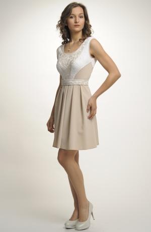 Dámské šaty se zajímavým zdobením na sedle