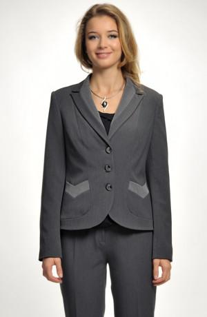 Módní dámský kalhotový kostým