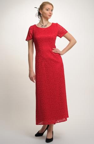 Společenské luxusní šaty z jemné krajky vhodné i pro plnější postavy
