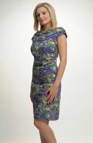 Šaty s řasením s modním vzorem