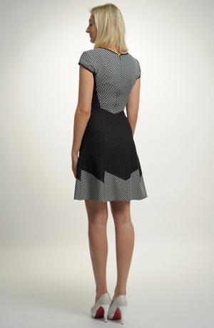 Šaty s puntíky, vyštíhleným pasem a bohatou sukní