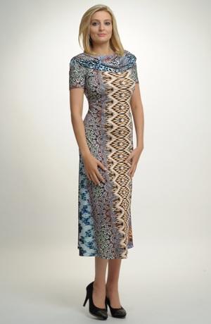 Společenské šaty s nabíraným límcem z elastické pleteniny