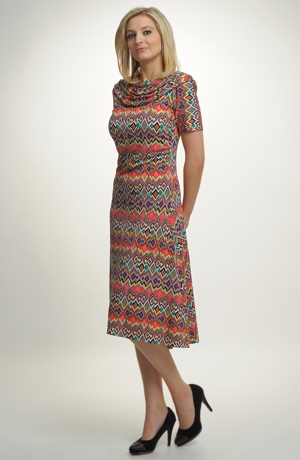 Letní společenské šaty se zajímavým grafickým vzorem z jemné pleteniny