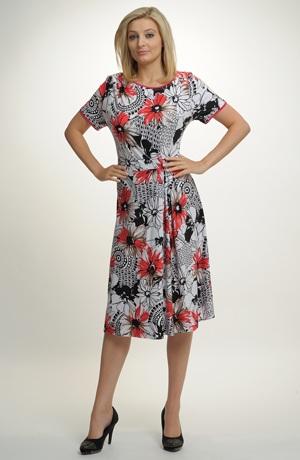 Letní šaty se sedlem řaseným na bok v grafickém vzoru s květy