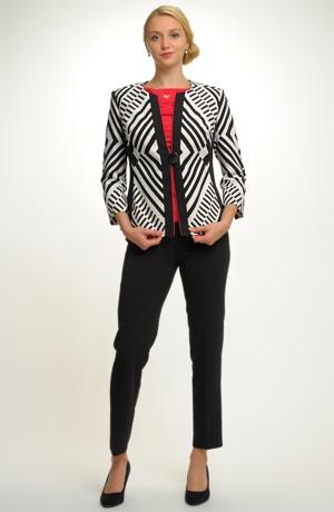 Elegantní kalhotový kostým v op-art vzoru