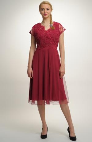 Společenské luxusní šaty z jemné krajky vhodné pro plnější postavy