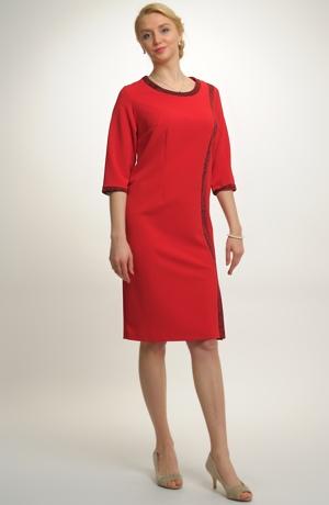 Dámské společenské šaty pro plnoštíhlé.