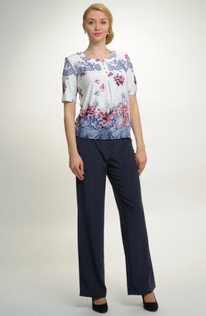 Dámské společenské kalhoty v modré barvě.