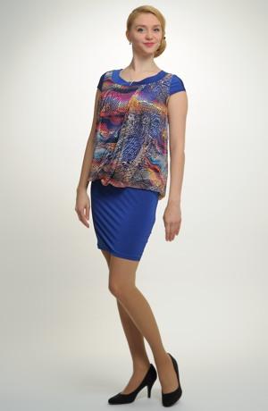 Společenské šaty i pro plnoštíhlé zdobené řasením