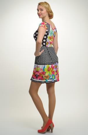 Společenské letní šaty s květinovým tikem.