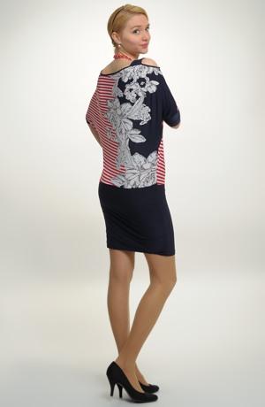 Pruhované mini šaty s netopýřími rukávy.