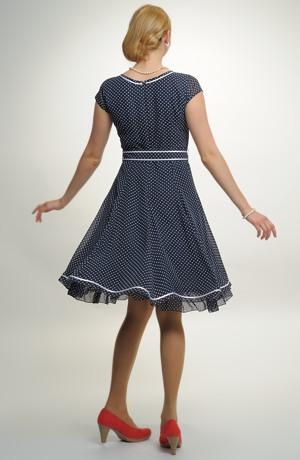 Šaty s puntíky, pasem a bohatou sukní