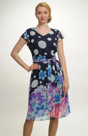 Společenské šaty s barevným potiskem.
