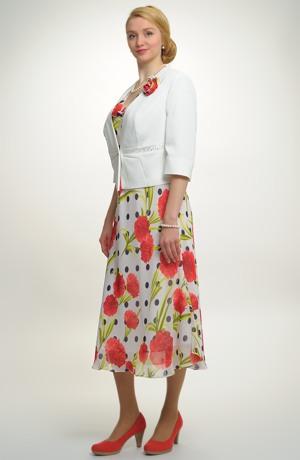 Lehký šatový kostým s květem na šatech
