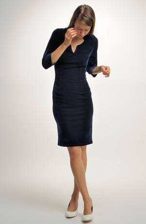 Pouzdrové sametové šaty