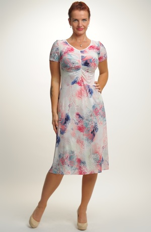 Letní šaty s jemným pastelovým vzorem
