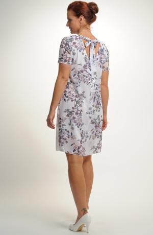 Dívčí mini šaty s květem v jemných barvách.