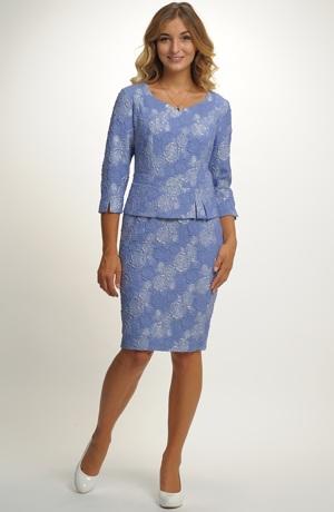 Společenské šaty zdobené lesklým tiskem