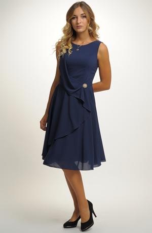 Společenské modré šaty vhodné na svatbu i do tanečních.