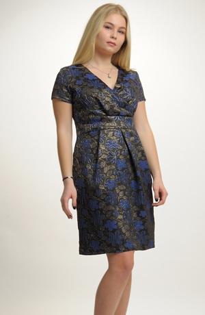 Společenské šaty se sklady na sukni