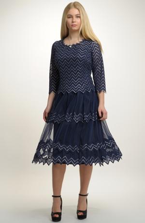 Krátké společenské šaty s rukávkem a s vetkanou metalízovou ozdobou