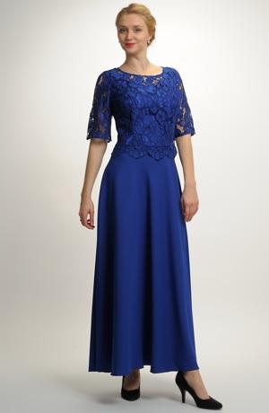 Dlouhé dámské plesové šaty s řaseným pasem.