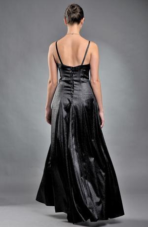 Plesové šaty korzetového střihu jsou pošity černo stříbrnou nášivkou