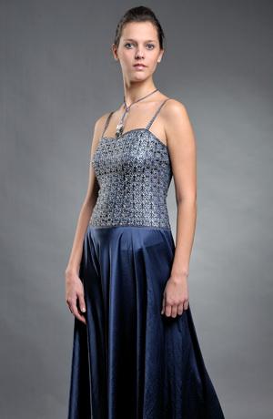 Dámské šaty s korzetovým živůtkem zdobeným krajkou